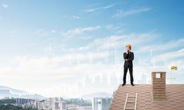 Führen Sie den Mann aus, der auf Dach steht und weg schaut Gemischte Medien Stockfotos