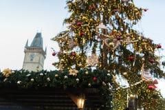 Führen Sie die Dekoration einzeln auf, die vom traditionellen Weihnachtsmarkt in der historischen Mitte von Prag mit astronomisch lizenzfreies stockbild