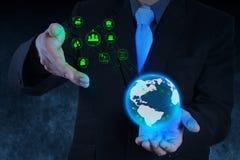 Führen Sie die Hand aus, die mit Industriediagramm auf Vir arbeitet Stockfotos