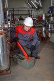 Führen Sie die Klempner aus, die Zentralheizungssystem unter Verwendung des Drucks prüfen Lizenzfreie Stockfotos
