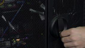 Führen Sie die männliche Hand aus, die um Schlüssel im Türschloss sich dreht und technischen Raum öffnen stock footage