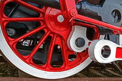 Führen Sie einzeln auf und schließen Sie oben von den enormen Rädern bei einem alten deutschen Dampf LO-COM Stockfoto