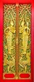 Führen Sie Formdekoration des Tempels von Thailand mit Malerei am Tempeltor einzeln auf, Lizenzfreies Stockbild