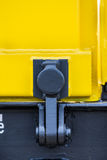 Führen Sie Frachtgüterzug - gelbe schwarze neue 4 achsige Plattformwagenlastwagen Art einzeln auf: Res-Modell: 072-2- Transvagon- lizenzfreie stockfotos
