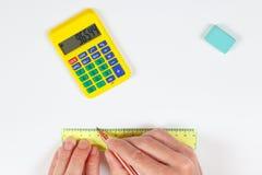 Führen Sie Hände bei der Arbeit mit einem Bleistift und Machthaber auf weißem Blatt Papier aus Lizenzfreies Stockbild