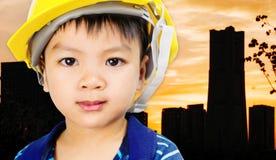 Führen Sie Kind mit Sicherheitshut auf Schattenstadt aus vektor abbildung