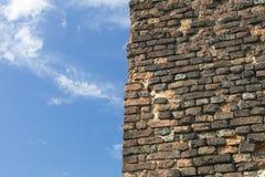 Führen Sie Od eine alte Backsteinmauer von einem alten Haus mit blauem Himmel einzeln auf Lizenzfreies Stockfoto