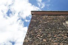 Führen Sie Od eine alte Backsteinmauer von einem alten Haus mit blauem Himmel einzeln auf Lizenzfreie Stockfotos