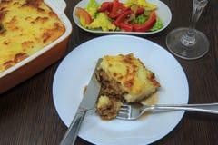 Führen Sie ` s Torte mit Salat, Rotwein lizenzfreie stockfotos