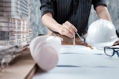 Führen Sie Sitzung für Architekturprojektfunktion mit Partner aus Stockbilder