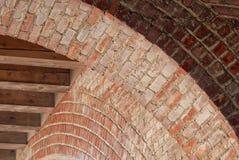 Führen Sie von einigen Bögen in einer Säulengangstruktur einzeln auf stockfotos