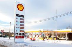 Führen Sie Zeichen, zeigt den Preis des Brennstoffs auf der Tankstelle S an Stockbild