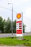 Führen Sie Zeichen, zeigt den Preis des Brennstoffs auf der Tankstelle S an Stockbilder