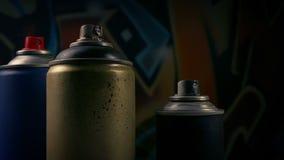 Führen von Spraycans durch Graffiti stock video footage