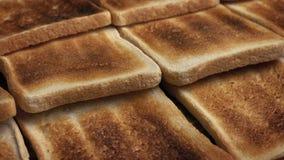 Führen von Stücken Toast stock video footage