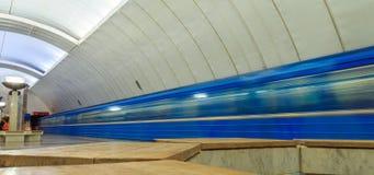 Führen von Zügen in der U-Bahn in Jekaterinburg Stockfoto
