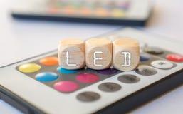 Führen-Würfel-Akronym auf LED-Direktübertragung Lizenzfreie Stockfotos