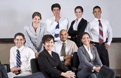 Führende Bürogruppe der fälligen hispanischen Geschäftsfrau stockbilder