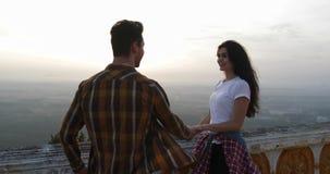 Führender Mann des Mädchens zur Gebirgshaltenen Spitzenhand, Touristen verbinden die Umfassung bei Sonnenaufgang stock video footage