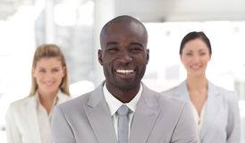 Führender Vertreter der Wirtschaft, der an der Kamera lächelt Lizenzfreie Stockfotografie
