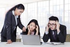 Führender Vertreter der Wirtschaft, der ihre Angestellten betont Lizenzfreie Stockbilder