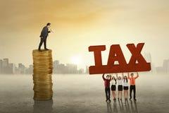 Führender Vertreter der Wirtschaft mit employess und Steuer Stockfoto