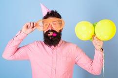 Führender Wettbewerb des Unterhaltungskünstlers an der Kinderpartei, internationale Kindertagesfeier Bärtiger Mann mit Geburtstag lizenzfreie stockfotos