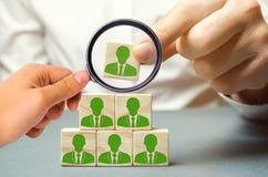 Führer auf der Suche nach neuen Angestellten und Spezialisten Personalauswahl und -management innerhalb des Teams Der Chef errich stockfotografie