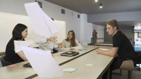 Führer bei Tisch unzufrieden gemacht mit Arbeit von Untergebenen und von Wurfsdokumenten stock video