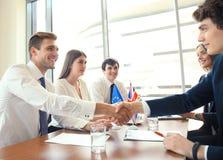 Führer der Europäischen Gemeinschaft und Vereinigten Königreichs, die Hände auf einer Abkommenvereinbarung rütteln stockfotos