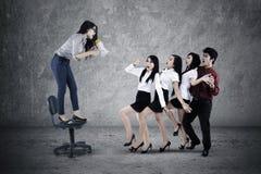 Führer, der zu ihrer Teamwork schreit Lizenzfreie Stockfotos