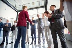 Führer geben seiner Arbeitskraft Anerkennung lizenzfreies stockfoto