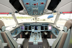 Führerraum von Himmel-Luftfahrt Sukhoi-Superjet im Singapur Airshow 2014 lizenzfreie stockfotos