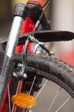 Führt modernes Fahrrad einzeln auf Stockfotos