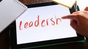 Führung - geschrieben auf Weiß auf Tablette stock video