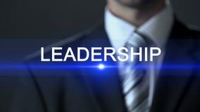 Führung, tragender Touch Screen des Anzugs des Geschäftsmannes, Inspirationsgeschäftsfähigkeit stock video footage
