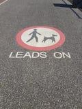 Führungen auf Hundepflasterungszeichen lizenzfreie stockfotografie