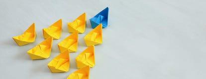 Führungskonzept mit Papierbooten Stockfoto