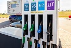 Füllen der Spalte mit verschiedenen Brennstoffen an der Tankstelle Lukoi Stockfoto