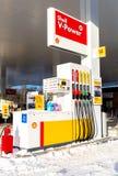 Füllen der Spalte mit verschiedenen Brennstoffen an der Tankstelle Shell Lizenzfreie Stockfotografie