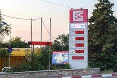 Füllen des Autos mit Kraftstoff stockbilder