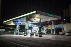 Füllen des Autos mit Kraftstoff stockfotografie