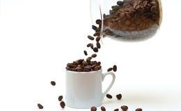 Füllen des Cup mit Kaffeebohnen lizenzfreies stockfoto