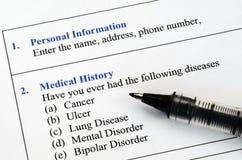 Füllen des geduldigen medizinische Geschichtsfragebogens Lizenzfreies Stockfoto