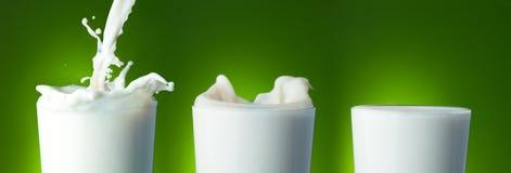 Füllen des Glases mit Milch Stockfotografie
