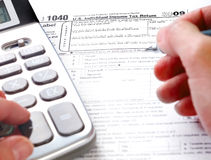 Füllen des Steuerformulars Lizenzfreies Stockfoto