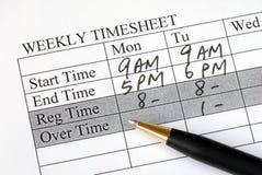 Füllen des wöchentlichen Stundenzettels Stockfoto