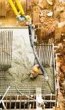 Füllen einer Grundlage mit Beton Stockfotos