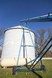 Füllen eines Getreidespeichers Stockbild
