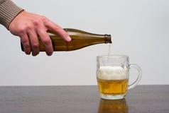Füllen eines halben Liters Bieres stockfoto